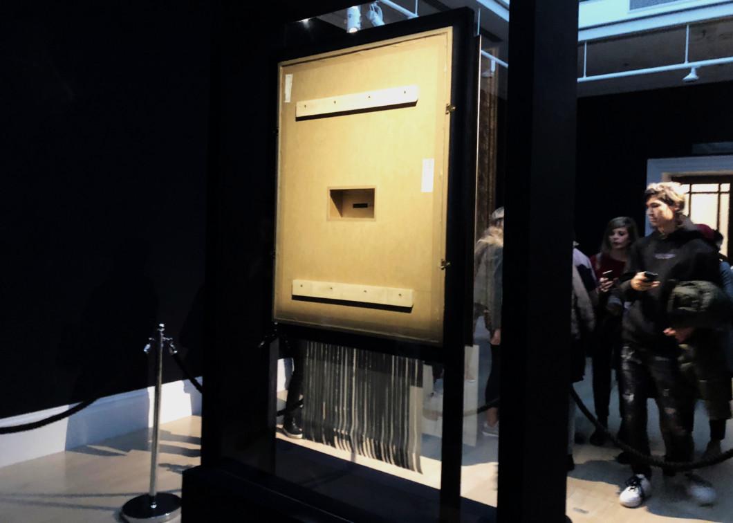 シュレッダーで裁断されたバンクシー作品の裏側